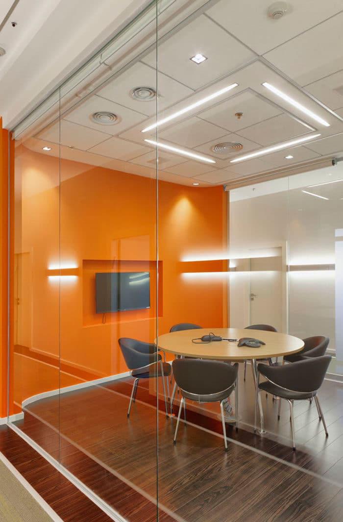חדר ישיבות קטן בצבעוניות כתומה