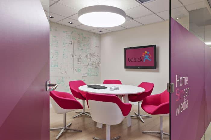 חדר ישיבות ורוד עם קיר מחיק וקיר זכוכית