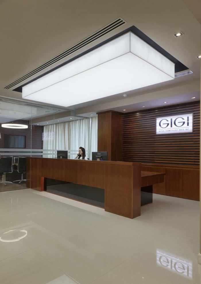 דלפק קבלה ראשי במשרדים מעוצבים של חברת קוסמטיקה