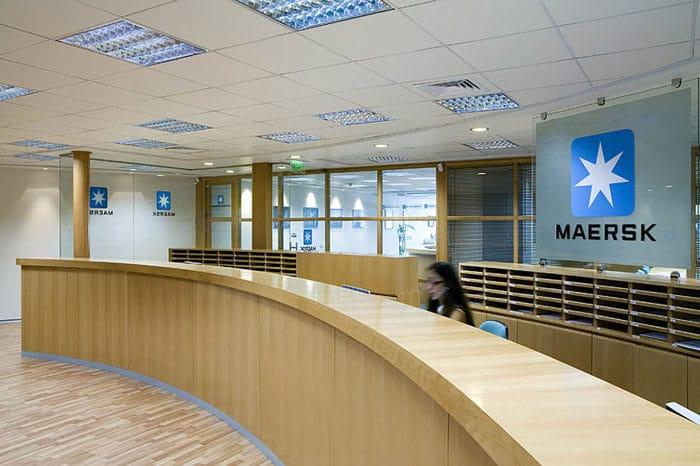 עיצוב דלפק כניסה לקבלת קהל מעץ במשרדי חברת ספנות בינלאומית