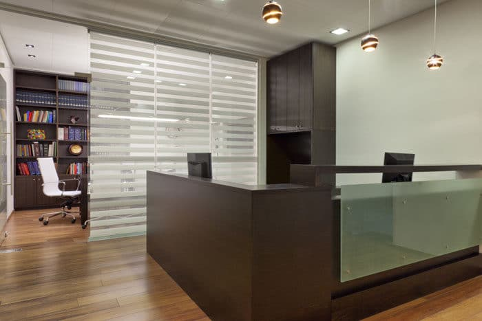 עיצוב עמדת קבלה יוקרתית מעץ כהה במשרדי עורכי דין