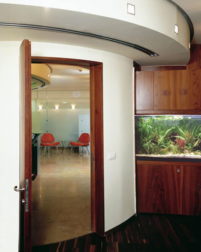 קיר ודלת מעוגל בעיצוב משרדי יוקרה בחברת אחזקות פרטית