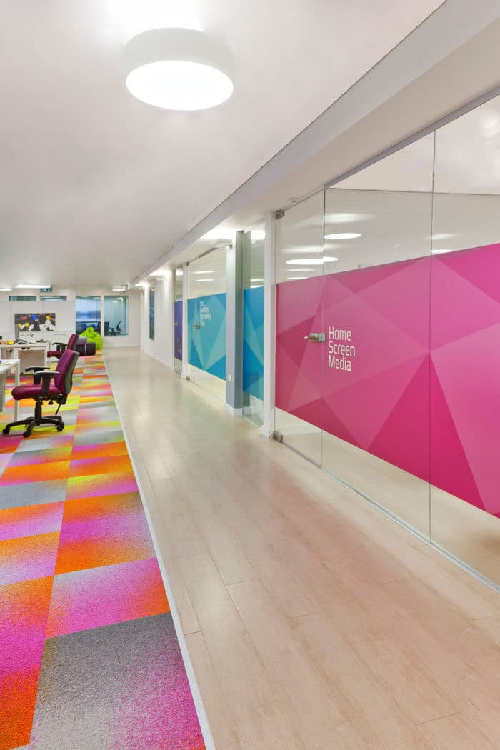 עיצוב מסדרון צבעוני וכייפי משרדי חברת סטאראפ