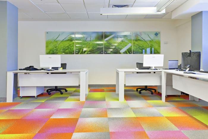 מיתוג סביבת עבודה במשרדי סטארטאפ הכולל לוחות ושטיח צבעוניים המותאמים למיתוג