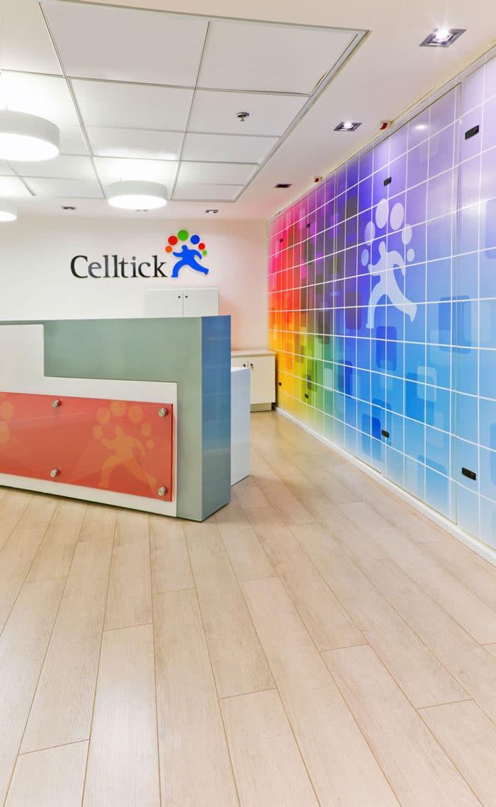דלפק כניסה וקבלת קהל בעיצוב צבעוני של חברת סטארטאפ