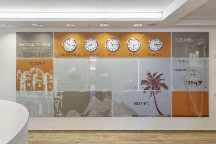 עיצוב אינפוגרפיקה של קיר נושא במשרדי חברת תיירות