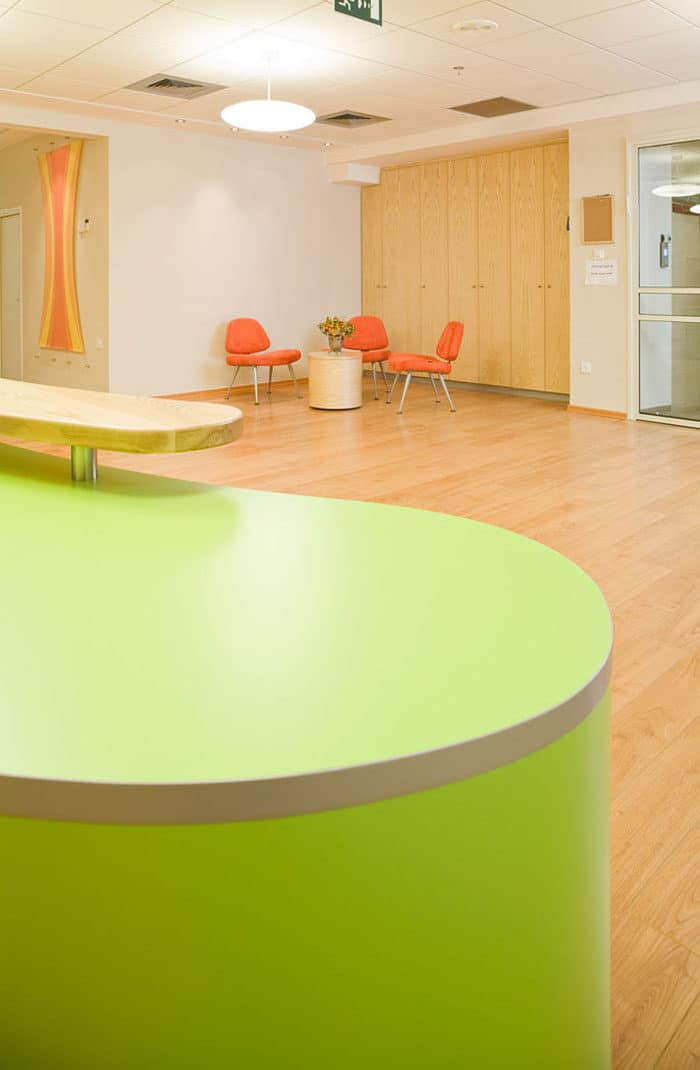 עיצוב של איזור המתנה צבעוני בכניסה למשרדים של חברת ביומד