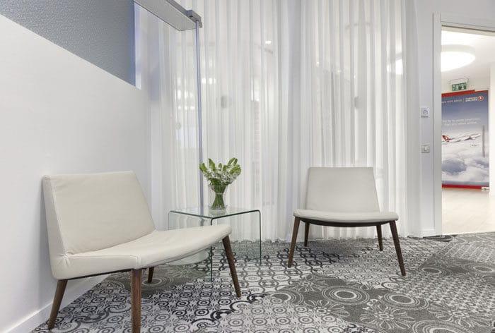 עיצוב פינת ישיבות קטנה בחדר מנכ