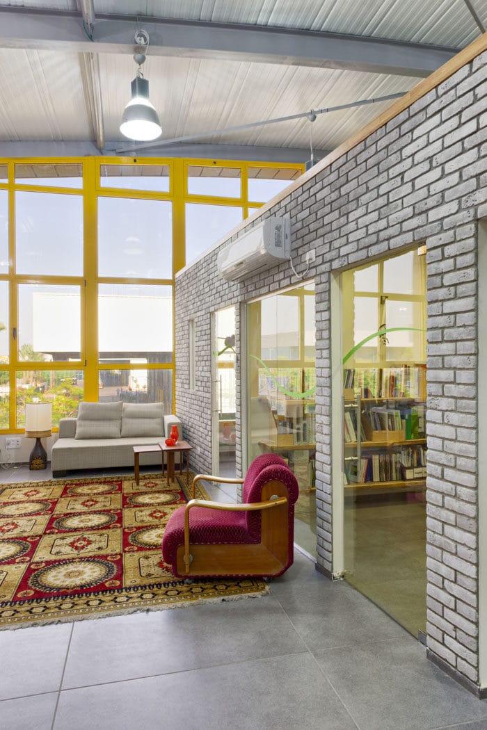 עיצוב פנים באווירה ביתית של חדר המתנה במשרדי אדריכלות