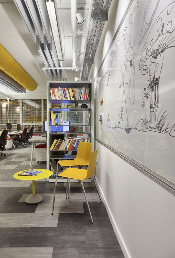 עיצוב חלל כניסה למשרדים עם פינת המתנה צהובה וקיר מחיק