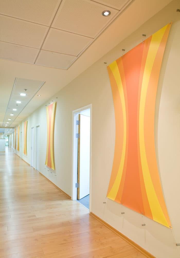 לוחות קנבסים נמתחים על קיר בעיצוב אישי ליצירת מקצב שמח ואקוסטיקה