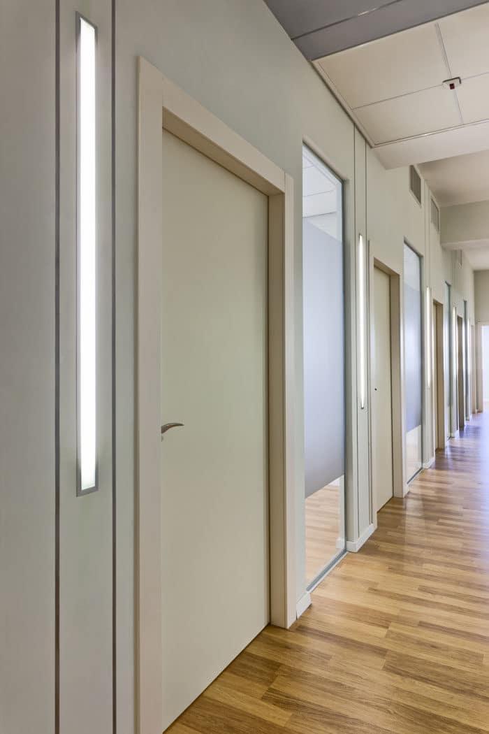 תאורה קירית במסדרון היוצרת מקצב המשדר את עיסוק המשרד