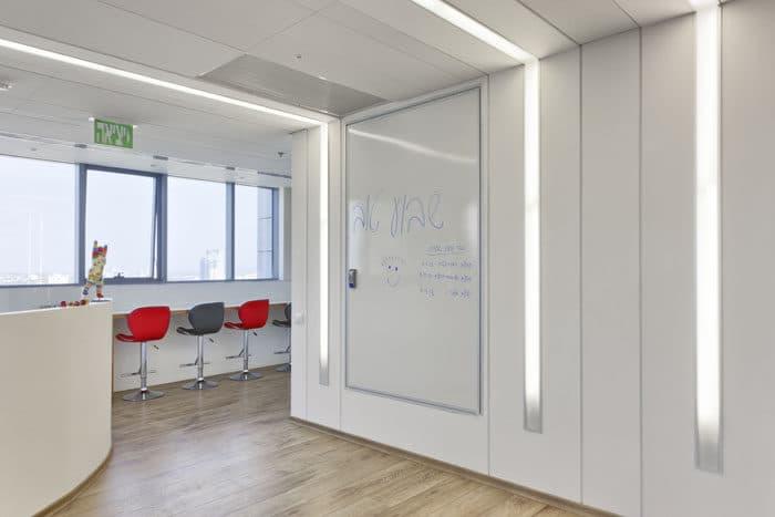 עיצוב תאורה שקועה בקיר היוצרת מקצב ומשחק במשרדים חברת תיירות