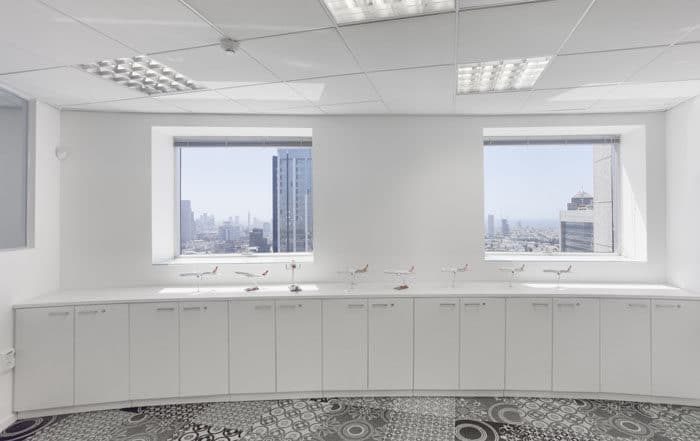 משרד מעוצב עם צבעוניות לבנה ורצפת אריחים בהדפסים שונים. עיצוב משרדי טורקיש אירליינס