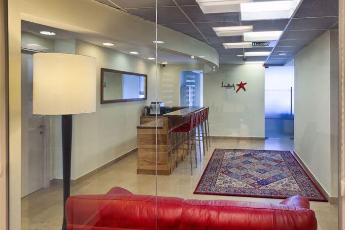 עיצוב כניסה למשרדים כסלון ביתי עם בר אירוח