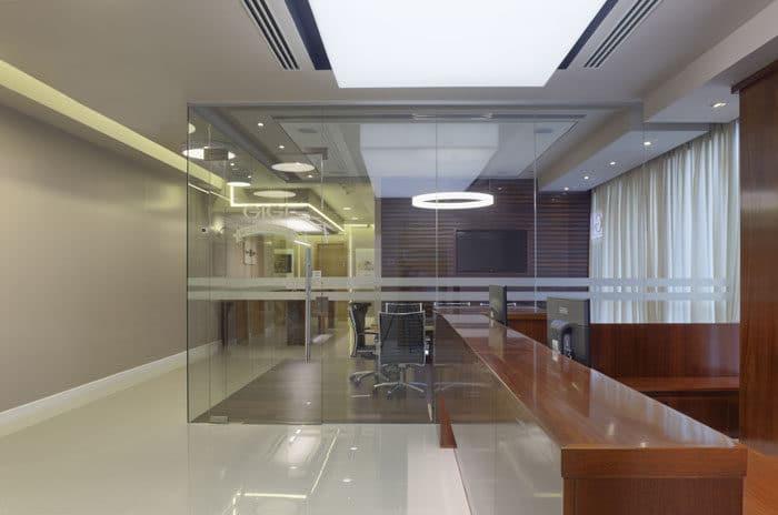 עיצוב חדר ישיבות עשוי מזכוכית