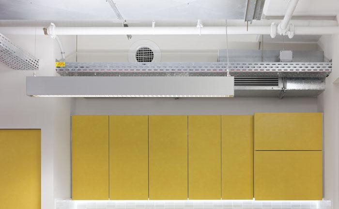 עיצוב מטבחון צהוב בחלל פתוח במשרדי חברת הייטק