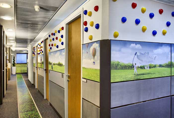 עיצוב צבעוני של מסדרון מחלקת שיווק בחברת פלאפון