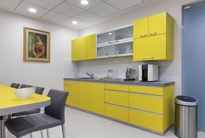 עיצוב מטבח צהוב במשרדי חברת קוסמטיקה
