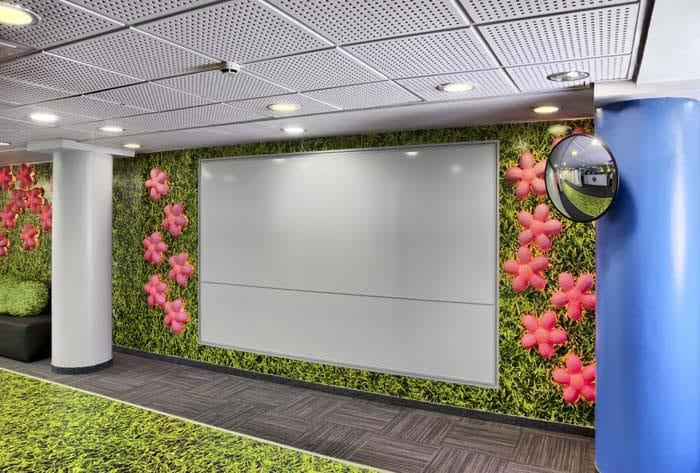 עיצוב מבואת כניסה יחודית ותקשורתית במרכז שירות פלאפון