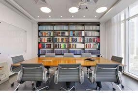 חדר ישיבות בשילוב ספריה מרצפה עד תקרה