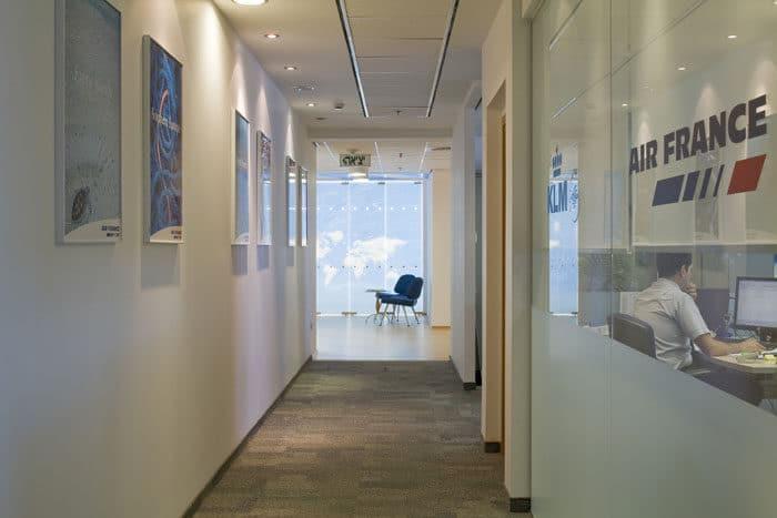 מבט על מסדרון מעוצב במשרדי KLM ו-Air France