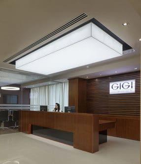 עיצוב דלפק קבלה במשרדים מעוצבים של חברת קוסמטיקה