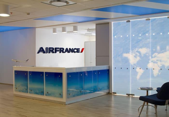 עיצוב פנים של דלפק קבלה וכניסה למשרדים בחברת תעופה
