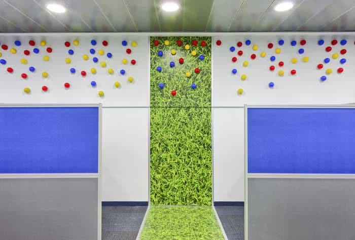 עיצוב קיר נושא דקורטיבי הממשיך מרצפה לקיר בחברת פלאפון