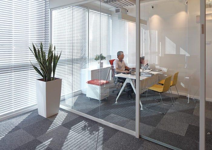 אריחי שטיח בגווני אפור במשרד מנהל בחברת הייטק