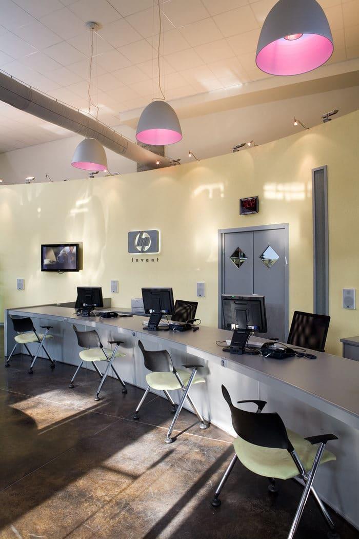 עיצוב דלפק מעוגל במרכז שירות לקוחות של חברת מחשוב בינלאומית
