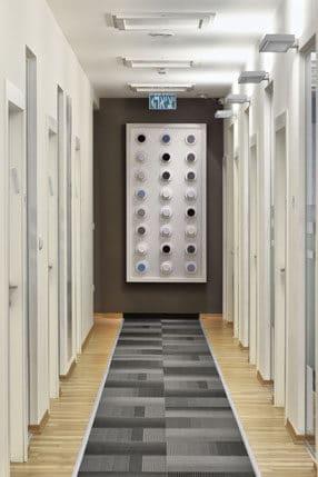 מסדרון מעוצב באפור ולבן עם לוח דוגמאות טקסטיל