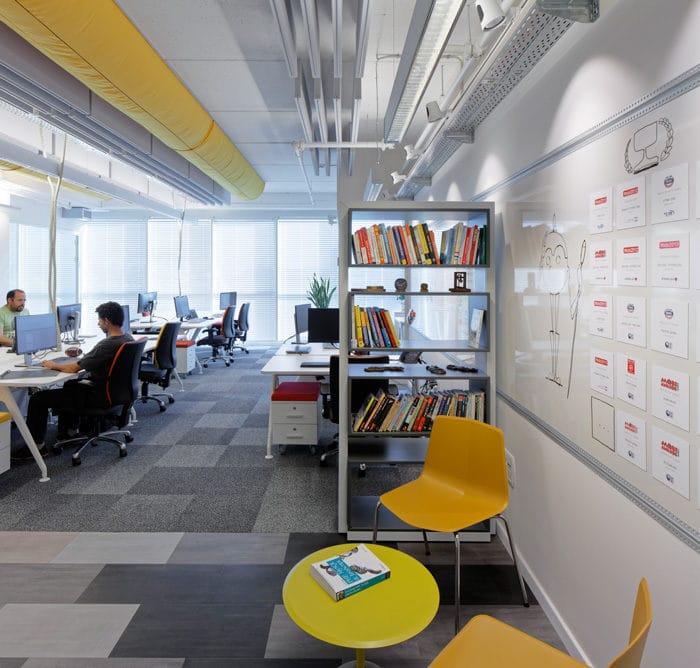 יצירת חלל פגישות בלתי פורמליות המעודד יצירתיות במשרדי חברת היי טק
