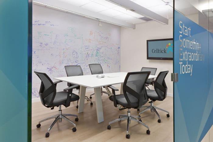 עיצוב פנים של חדר ישיבות כחול עם קיר זכוכית מחיק
