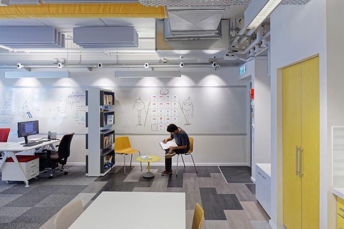 חלל מפגשים בלתי פורמליים צבעוני ומהנה במשרדי חברת הייטק