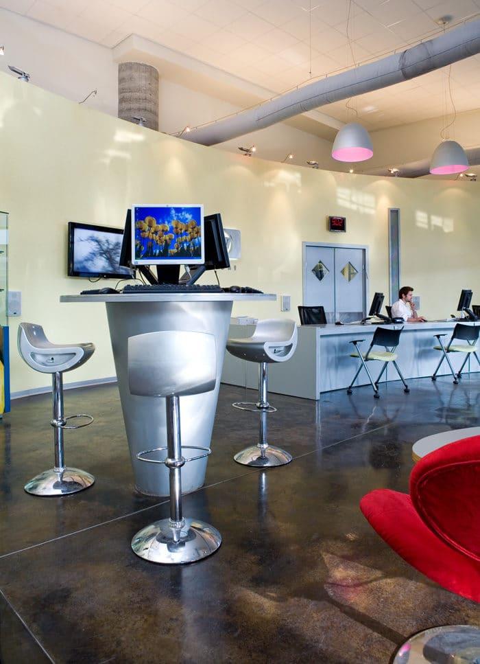 עיצוב עמדות שירות עצמי במרכז שירות לקוחות של חברת מחשוב בינלאומית