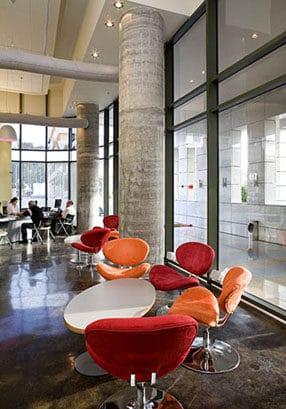 פינת המתנה צבעונית במרכז שירות לקוחות של חברת HP העולמית