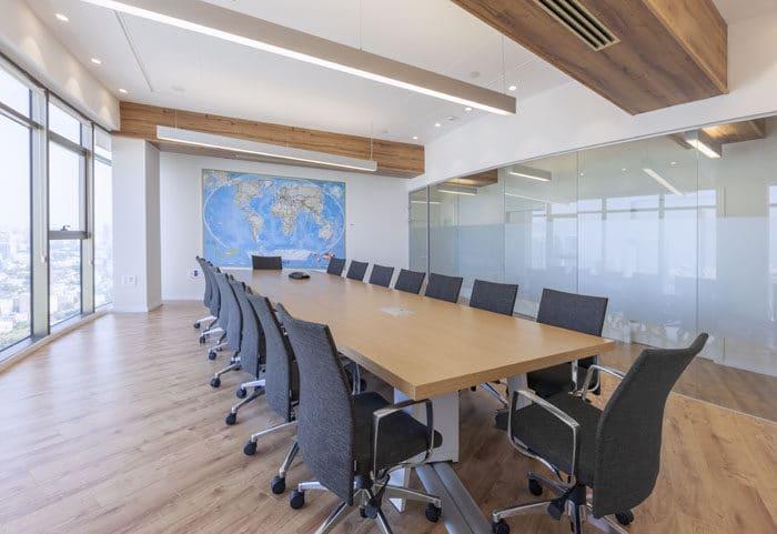 עיצוב פנים של חדר ישיבות בעל קורות עץ דקורטיביות