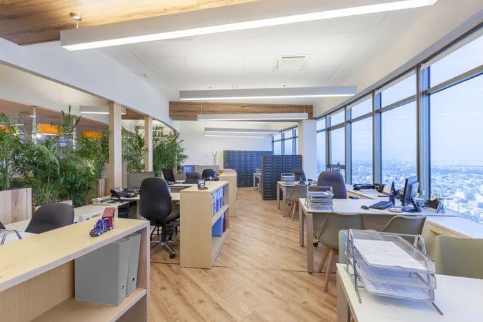 עיצוב פנים של עמדות עבודה בחלל פתוח במשרדי חברת ספנות
