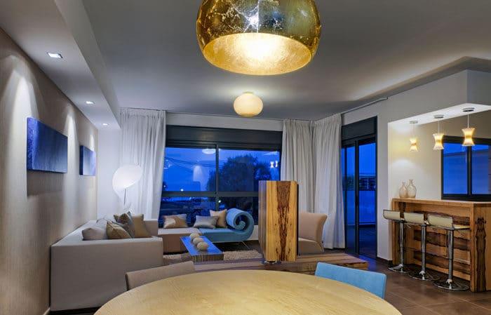 מבט על סלון בשעת ערב בדירה לדוגמא
