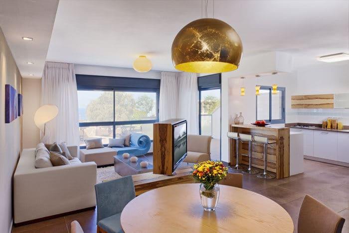 עיצוב פינת מגורים ומטבח עם נוף לים