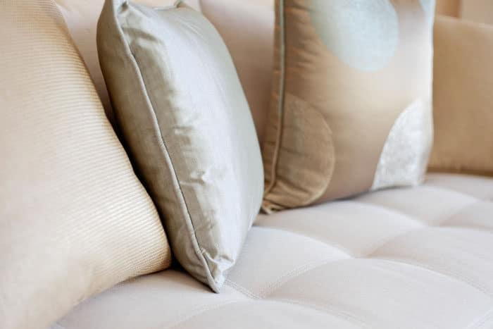 כריות סלון בצבעי חול בדירה לדוגמא