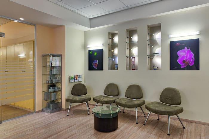 עיצוב פנים אזור המתנה במרפאת אסתטיקה
