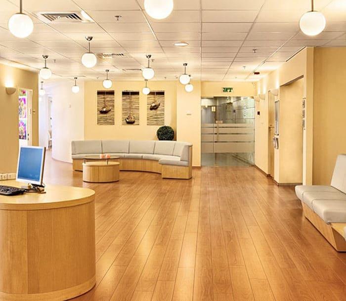 אזור המתנה במרפאת שיניים כללית סמייל