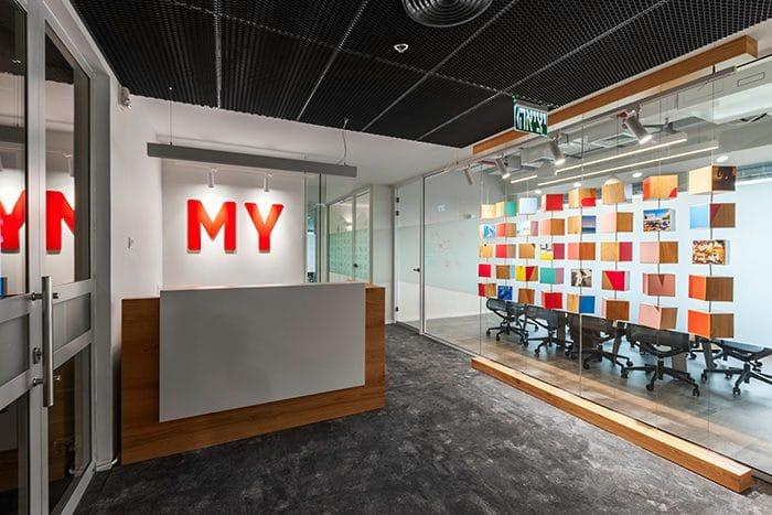 בלוג קוביות פיזי צבעוני בכניסה למשרדים