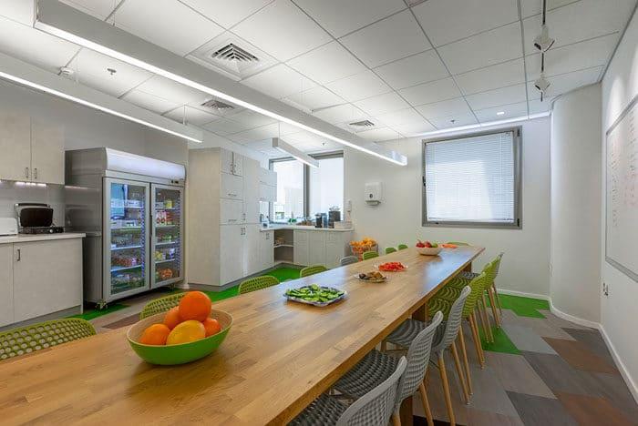 עיצוב קפיטריה עם שולחן אבירים במשרדי חברת סטארטאפ