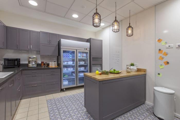 עיצוב מטבח ביתי במשרד