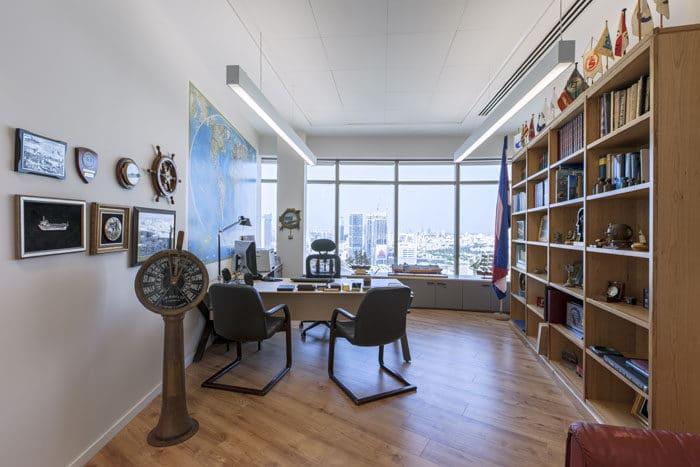 חדר מנהל עם שולחן ישיבות עגול