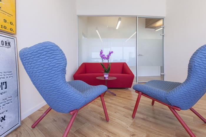 פינת ראיונות צבעונית באדום וכחול