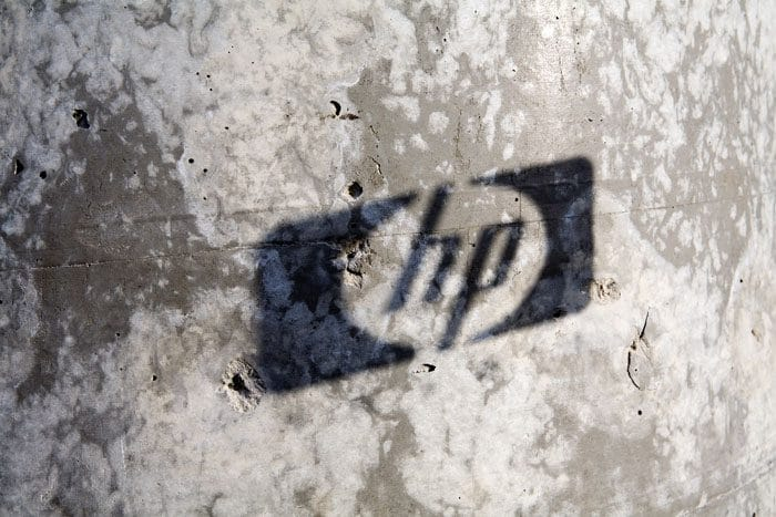 לוגו חברה מוקרן על קיר בטון חשוף